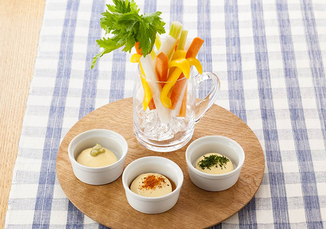 Vegetable sticks with mayo sauce